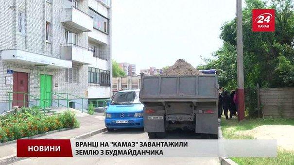 На будмайданчику Соснова-Варшавська у «КамАзи» вантажили землю