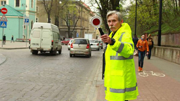 У Львові відновили роботу «жовтих добродіїв», які допомагають школярам переходити дорогу