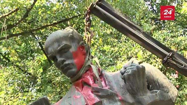 У Львові демонтували пам'ятник радянському письменнику Тудору