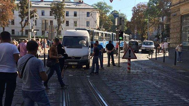У центрі Львова мікроавтобус наїхав на болард