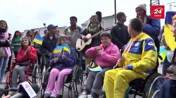 Львів'яни з піснями зустріли паралімпійців