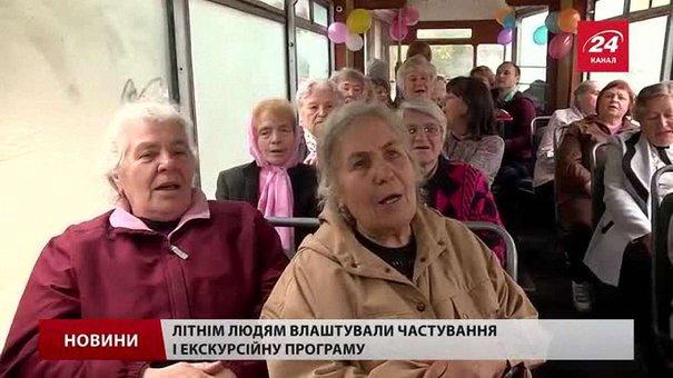 До Дня людей похилого віку львів'янам влаштували екскурсію раритетним трамваєм