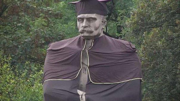 До дня Львівського університету пам'ятник Івану Франку одягнули у мантію