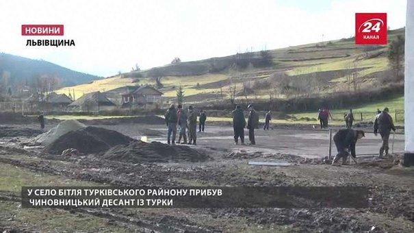 Голова Турківської РДА вивів своїх підлеглих на будмайданчик з лопатами