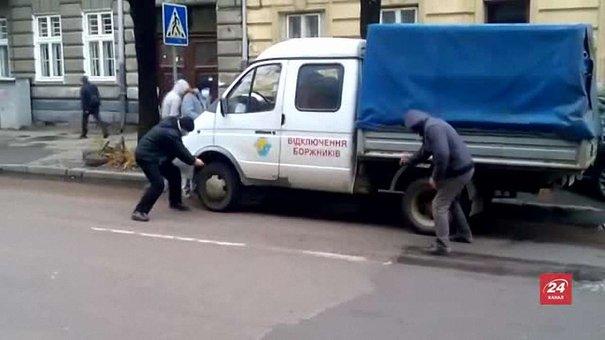 Група невідомих у масках демонстративно напала на автомобіль «Львівгазу»
