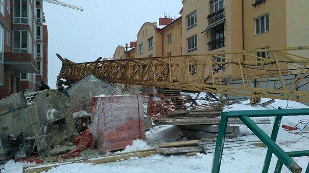 На новобудові у Львові впав будівельний кран