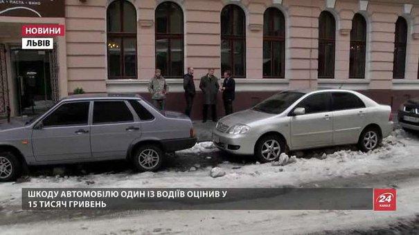 У Львові льодопад із дахів шкодить автомобілі