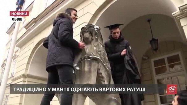 Львівські студенти на площі Ринок одягнули левів у мантії