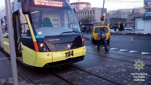 Новий львівський «Електрон» потрапив у першу ДТП на Сихові
