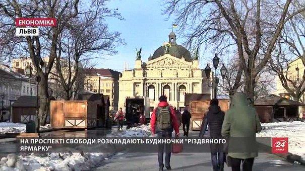 У центрі Львова розкладають будиночки «Різдвяного ярмарку»
