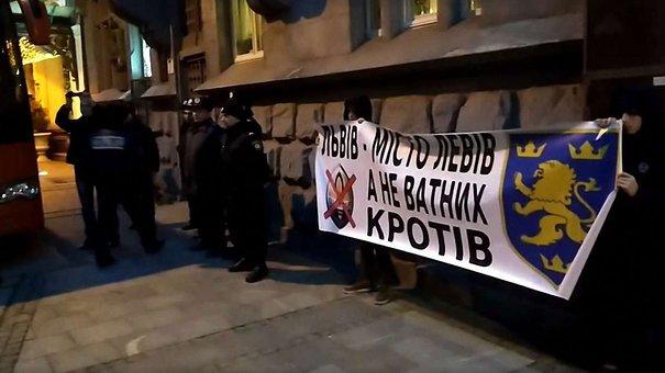 Невідомі пікетували біля готелю у центрі Львова, де поселився «Шахтар»