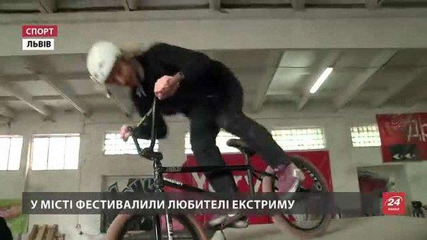 У Львові екстремали дивували трюками на велосипедах
