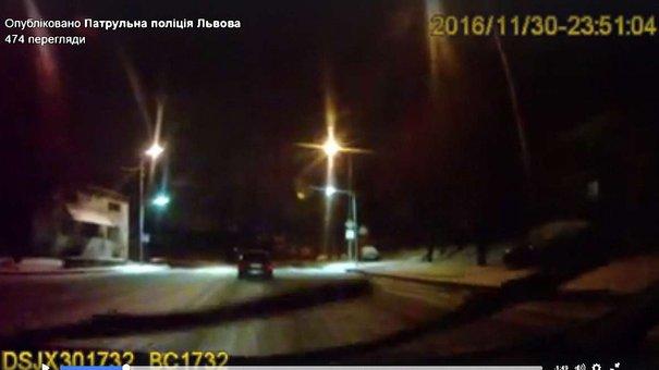 У Львові таксист заблокував дорогу п'яному водію, якого переслідували патрульні