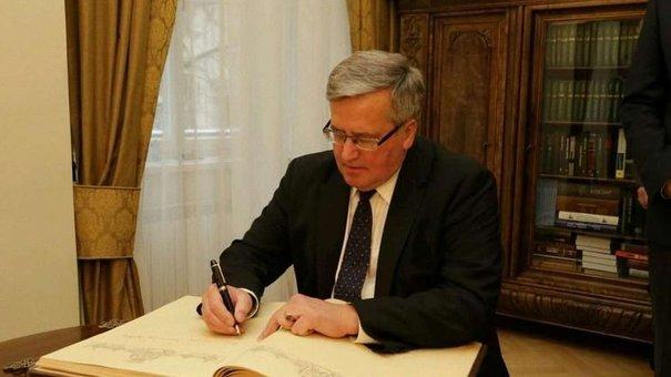 Колишньому Президенту Польщі подарували у Львові «Буквар»
