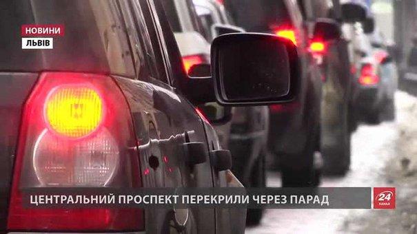 Львівські водії застрягли у кілометрових заторах через військовий парад