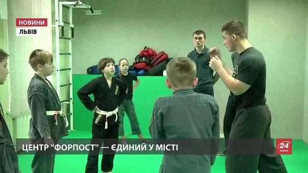 У новому львівському клубі «Форпост» дітей навчають туризму і самозахисту