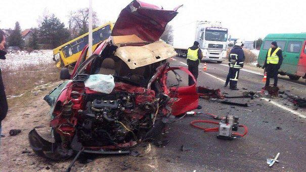 Одна людина загинула, троє травмувалися у ДТП з маршруткою та легковиком біля Львова