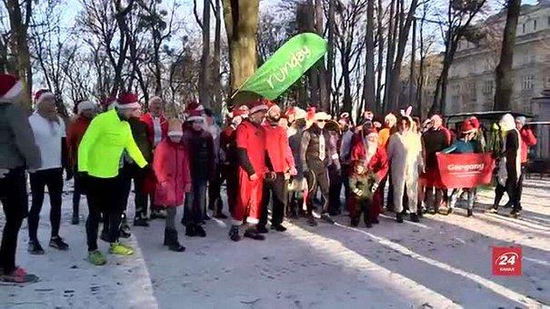У львівському парку відбувся забіг Санта-Клаусів