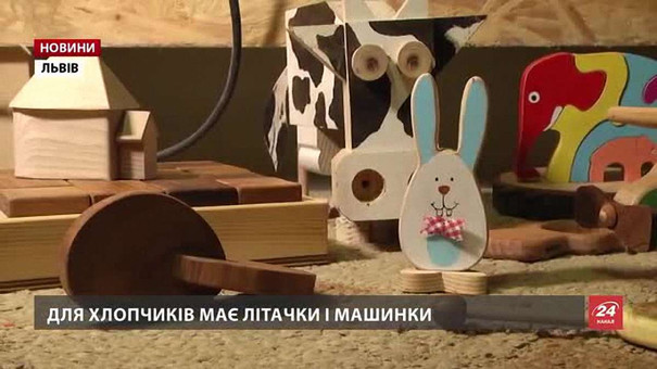 Львів'янин Дмитро Пелих майструє авторські екоіграшки із карпатської деревини