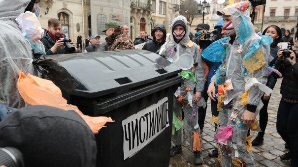 До львівської ратуші прийшли загорнуті в сміттєві пакети протестувальники