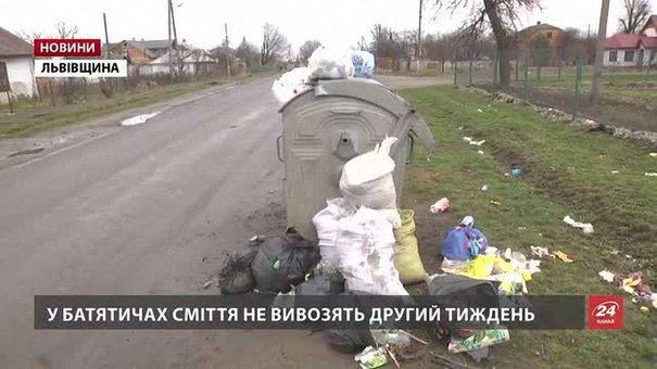 Через переповнені баки мешканці Львівщини зберігають сміття вдома