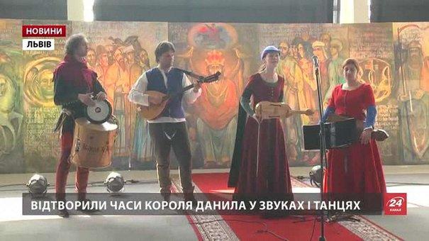 У львівському аеропорту відкрили мистецький проект «Король Данило»