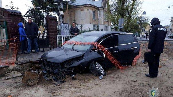 П'яний працівник СТО розбив авто клієнта на закритому для ремонту перехресті