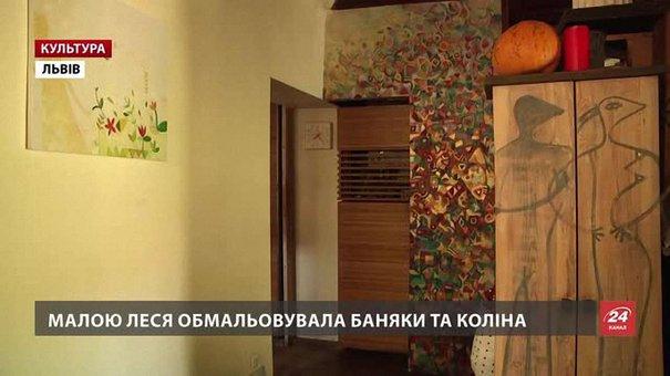 Львів'янка Леся Квик розмальовує подушки, шафи та лампи