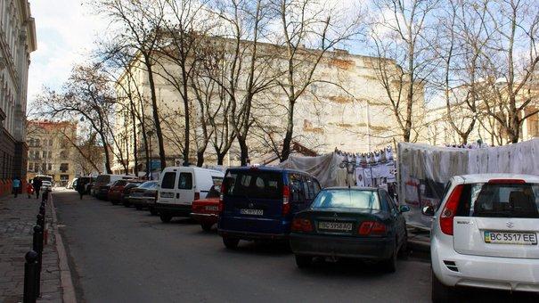 Львівська мерія дозволила створення закритого паркінгу навколо ринку «Вернісаж»