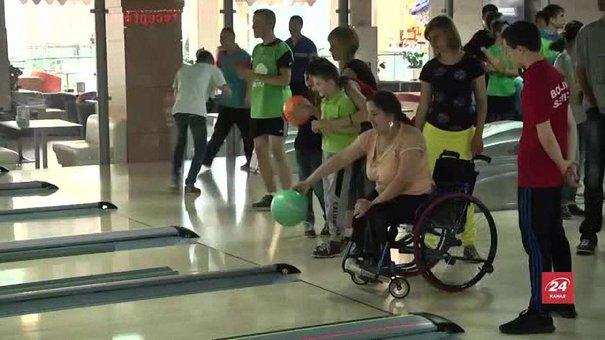 У Львові для дітей-інваспортсменів організували змагання з боулінгу