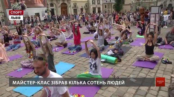 Кілька сотень львів'ян займалися йогою на площі Ринок