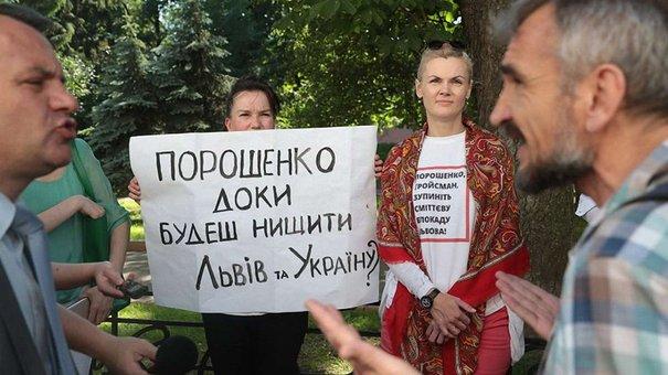 Дружина Садового прийшла під ЛОДА, вимагаючи зупинити сміттєву блокаду Львова