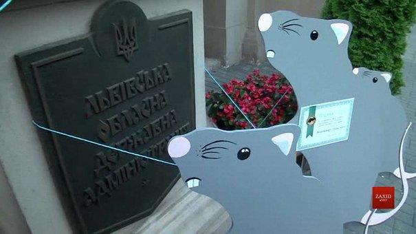 Львів'яни встановили біля ОДА інсталяцію із пацюками, які дякують владі за сміття