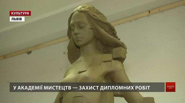 Студенти Львівської академії мистецтв оголили жіночі скульптури на «відмінно»