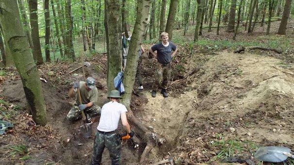 У лісі на Львівщині пошуківці розкопали могили вояків Першої світової війни