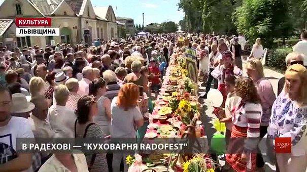 На Львівщині стравами вкрили рекордний стіл у 112 метрів