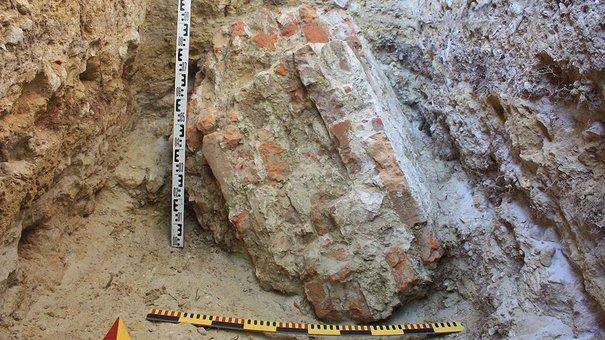 Археологи знайшли фрагмент муру львівського Високого Замку