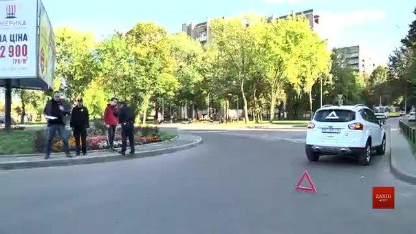 У Львові під колеса автомобіля потрапила жінка з дитиною