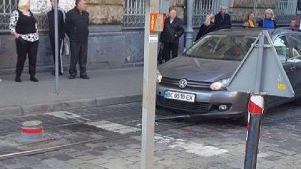 На вулиці Руській під автомобілем піднявся болард