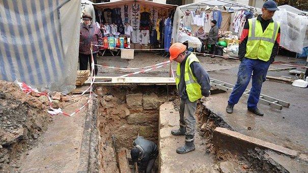 Під час розкопок у центрі Львова археологи знайшли фрагмент муру XV століття