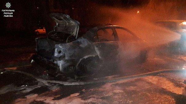 П'яний чоловік розтрощив та спалив дві машини у Львові