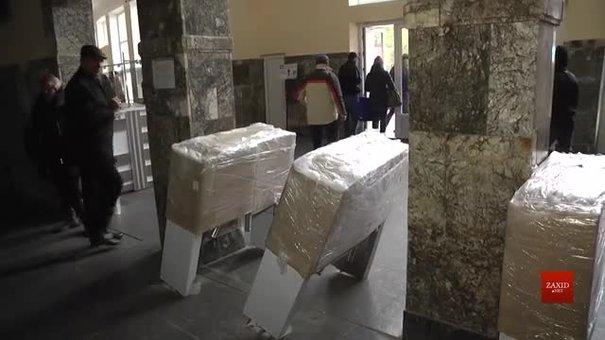 У Трускавці місцеві активісти виламали турнікети на вході до бювету