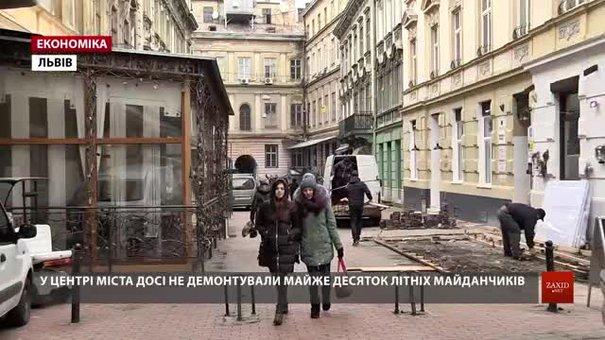 У центрі Львова досі не демонтували майже десяток літніх майданчиків