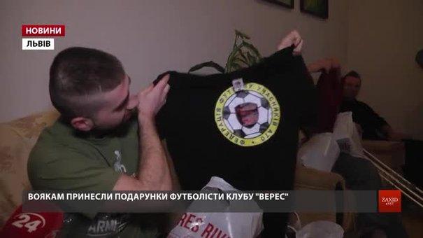 Бійців у львівському госпіталі із Днем Збройних Сил привітали футболісти