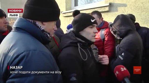 Під генконсульством Чехії у Львові виникли сутички між претендентами на робочі візи