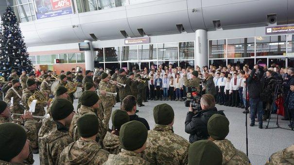 У Львівському аеропорту виступив оркестр з 80 військових у пам'ять про «кіборгів»