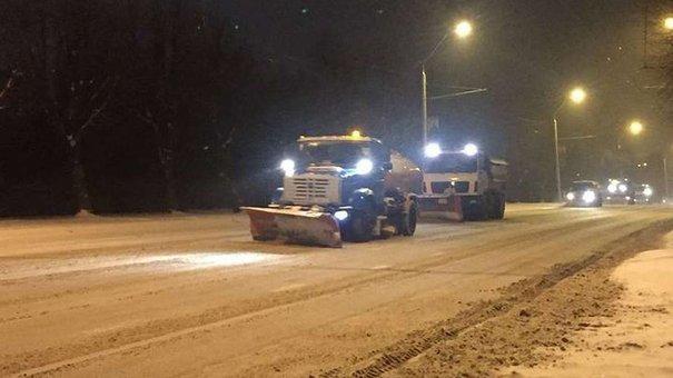 Снігоочисна техніка та двірники прибирають дороги Львова впродовж усього дня