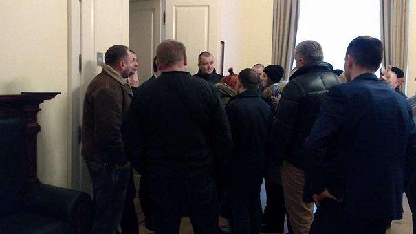 Кабінет мера Львова заблокували кілька десятків чоловіків