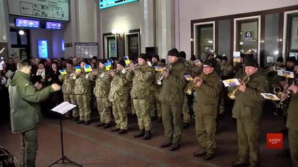 На львівському вокзалі музичним флешмобом відзначили 100-річчя подвигу Героїв Крут