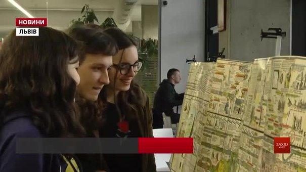 За подаровану історичну карту львів'янка отримала від бібліотеки УКУ піврічний читацький квиток